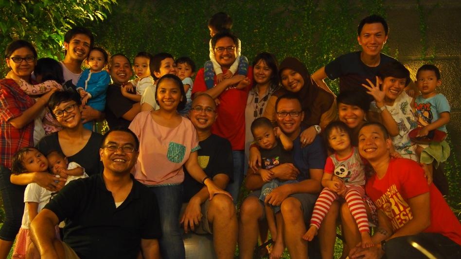 Poto keluarga @ID_AyahASI saat malam perpisahan dengan keluarga @ernestprakasa sebelum pindah ke Bali